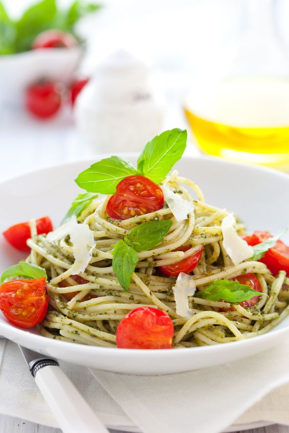 8602460 - spaghetti with  pesto sauce,cherry tomato and cheese